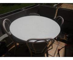 Mesa redonda y 3 sillas de metal