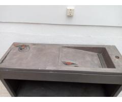 Mueble de chapa con mesada de cemento.