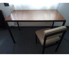Mesa o escritorio con base de hierro y tapa símil madera