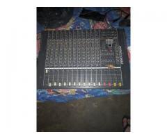 Consola gbr mix 12 y Micrófono condenser.