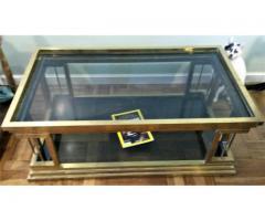 Mesa baja de bronce y cristal de color