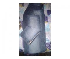 Jeans talle 40 con cierres enla tobillo sin detalles