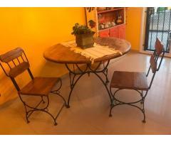 mesa redonda de madera/hierro con cuatro sillas