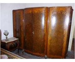 Muebles antiguos con mesadas de marmol
