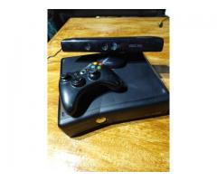 xbox 360 SLIM con un joystick y kinect