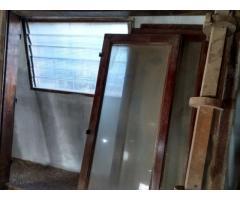 Ventana de madera con cortina barrio