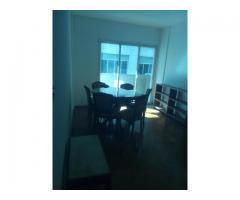 Alquiler 2AMB con balcón a la calle, con muebles y puerta blindada.