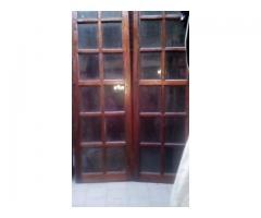 Puertas de madera con vidrios repartidos