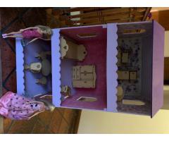 Casita de muñecas excelente estado ( muebles y 2 Barbies)