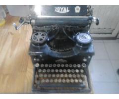Vendo máquina de escribir, marca Royal del año 1933, en buen estado.