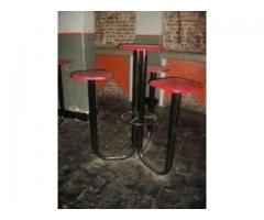 Bancos altos base de hierro con 3 asientos y mesa en madera